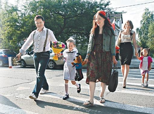 Василий Логай и Катя Грачева учили детей, как правильно переходить дорогу.