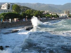 Четырехметровые волны и сильный порывистый ветер почти неделю атакуют полуостров. Фото Аллы Дружинович