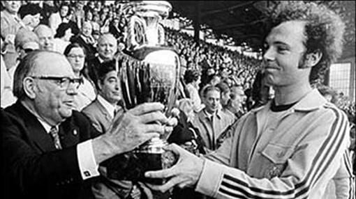 ...Что позволило капитану сборной ФРГ Францу Беккенбауэру прикоснуться к Кубку Европы в ранге чемпиона.