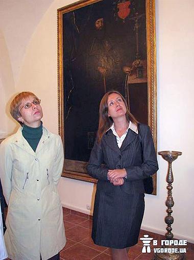 Гости юбилея с нескрываемым удовольствием наблюдали за экспонатами. Фото автора.