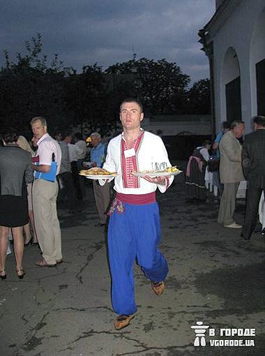 Официанты на этом празднике были в национальных костюмах. Фото автора.