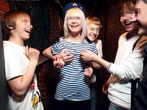 Парень схватил подружку за грудь, а фотограф подловил момент. Фото livejournal.ru.