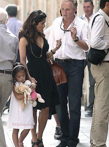 Сальма прилетела в Венецию вместе с мужем Франсуа-Анри Пино и дочерью Валентиной Паломой. Фото Splash/All Over Press.