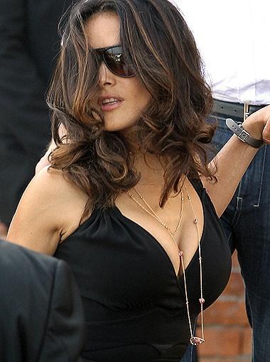 Актриса подчеркнула глубокое декольте несколькими рядами длинных золотых цепочек. Фото Splash/All Over Press.