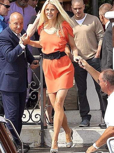 Гвинет Пэлтроу появилась на красной дорожке кинофестиваля в ярком мини-платье. Фото Splash/All Over Press.