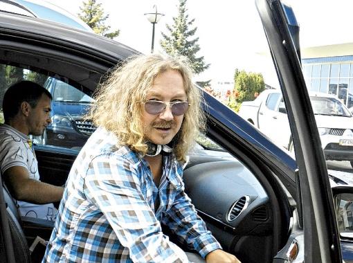 С музыкой по жизни: даже по дороге из аэропорта Игорь Николаев был в наушниках.