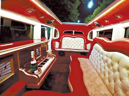 Салон отделан красной кожей с белыми вставками и столиком-баром в виде рояля в тех же тонах.