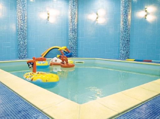 Вода в бассейне - всегда 32 градуса.