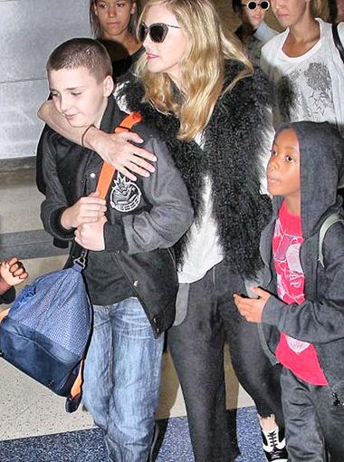 У Гая Ричи и Мадонны два общих сына - родной Рокко и усыновленный Дэвид. Фото DailyMail.