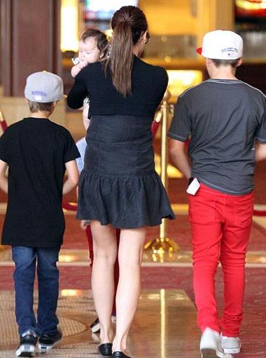 Вики прошлась по магазинам с детьми. Фото DailyMail.
