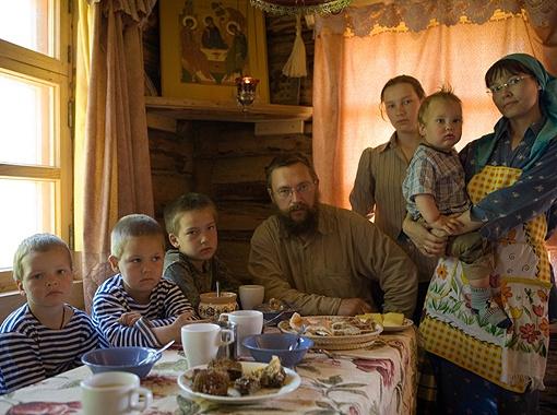 Несколько лет назад семья Стерлиговых переехала в глухую деревеньку Подмосковья, чтобы поселиться в деревянном срубе без элементарных благ цивилизации.