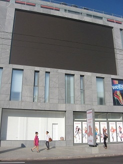 На днях в одну из стен нового здания, водруженного на месте бывшего Детского мира, вмонтировали несколько светодиодных телеэкранов. Фото Марии ЯШИНОЙ.