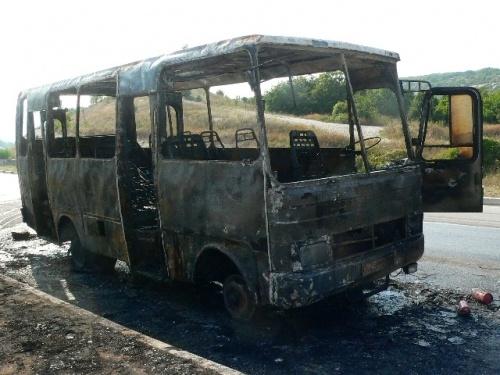 Автобус, идущий из Николаевки в Балаклаву, сгорел за считанные минуты. Фото Управления МЧС в Севастополе.