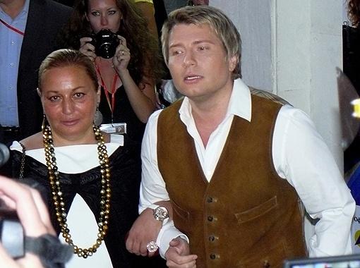 Коля Басков приехал к Юбилейному под ручку с Еленой Буйновой.