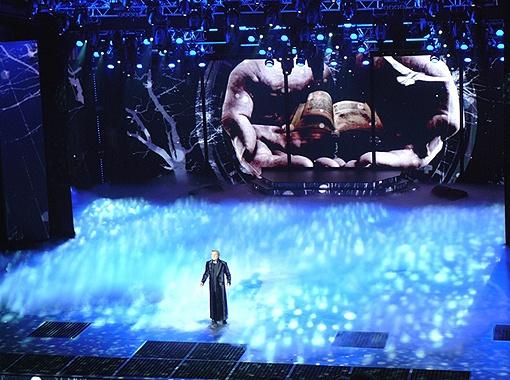 Выступление народного артиста дополнялось великолепным оформлением.