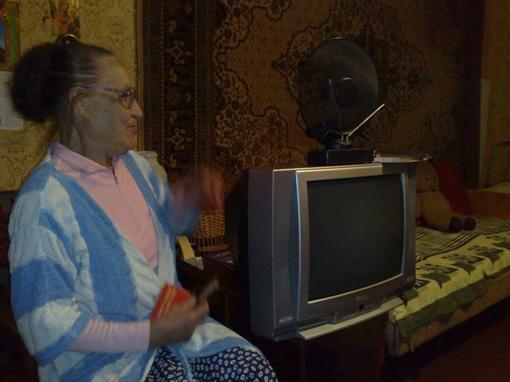Людмиле Сафоновой подарили телевизор. Фото: Павел Колесник.