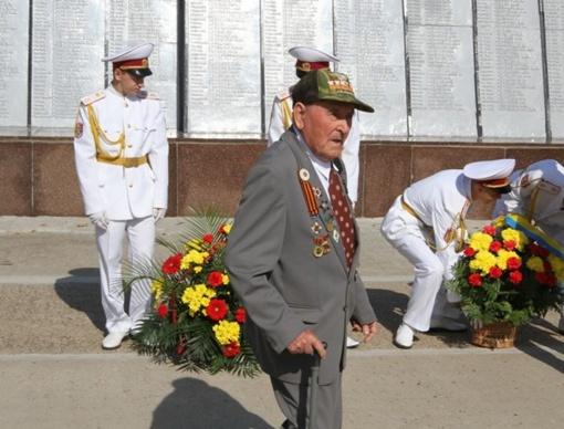 Ветераны приехали на мемориал.