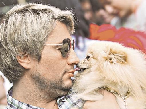 Любвеобильный Николай Басков шокировал теплыми объятиями шпица Камалии.