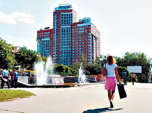 Раньше каскадный фонтан на Большой Васильковской, 119, подсвечивался обычными фонарями.