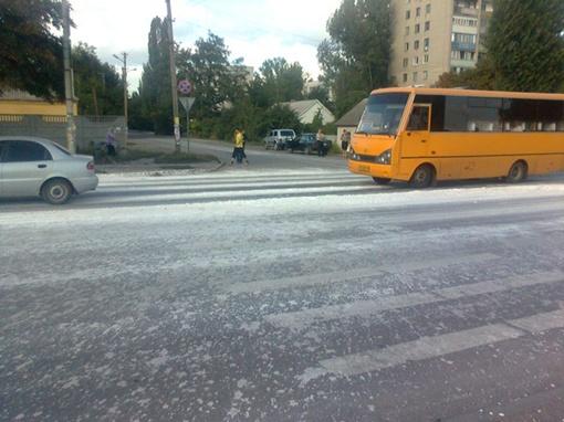 На дороге разлита всего-навсего строительная смесь! Фото предоставлено Павлоградским РУ МЧС.  Фото автора.