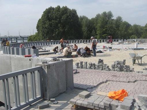 На площадке для фонтана еще много работы по укладке брусчатки.