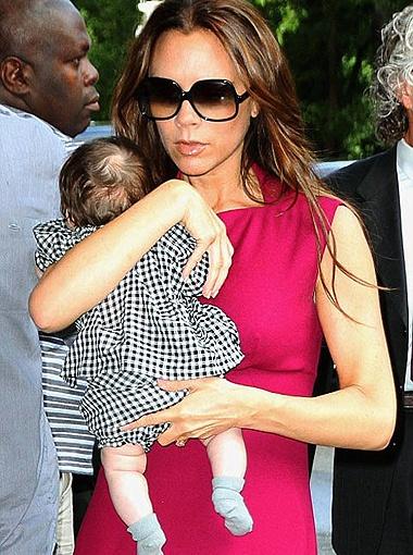 Харпер спокойно разглядывала Манхэттен, прижавшись к маминой груди. Фото DailyMail.