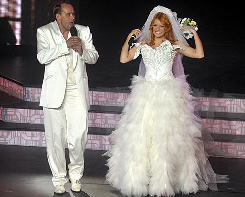 Анастасия спела дуэтом с Максимом Авериным. Сначала она вышла на сцену в свадебном платье. Фото: Евгения ГУСЕВА