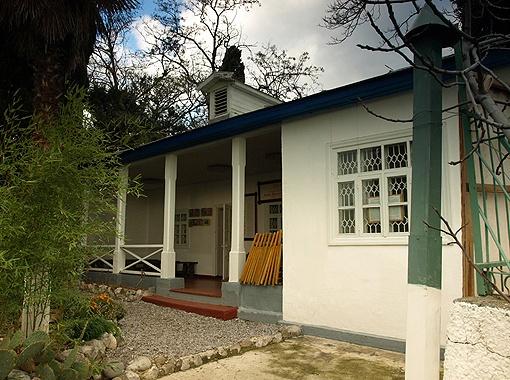 В ялтинский дом (на фото) к Чеховым приходило так много гостей, что Антон Павлович втихую купил еще один домик в Гурзуфе, где мог уединиться.