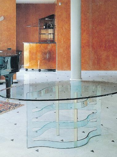 Что совмещаем: дорическая колонна - античная классика, бетонный пол - хай-тек и хрустальный стол - контемпорари*. * С англ. contemporary - современный стиль, использующий новые материалы и технологии.