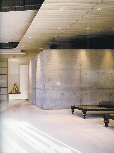 Что совмещаем: лаконичные стены - минимализм, тахта - бидермейер** и золоченая статуя Будды. ** Разновидность позднего классицизма и ампира в первой половине XIX века.