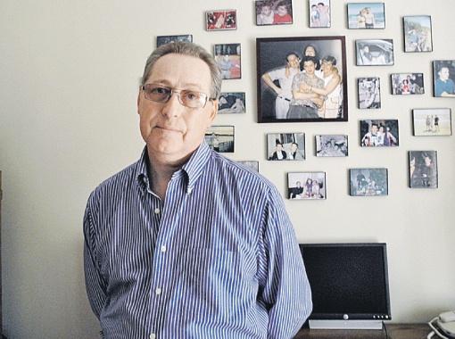 Валерий Савинкин в комнате памяти своего сына Владимира (на портрете). Он видел, как рушилась башня, в которой был Владик...