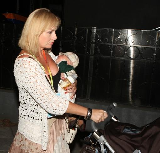 Мама Стоцкой нянчит ребенка, пока Анастасия отжигает на сцене