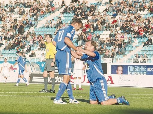 Шевченко и Калитвинцев празднуют гол: тренер сборной забил после передачи Андрея.