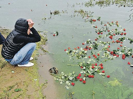 На место падения Як-42 до сих пор несут живые цветы. Фото Анатолия ЖДАНОВА.