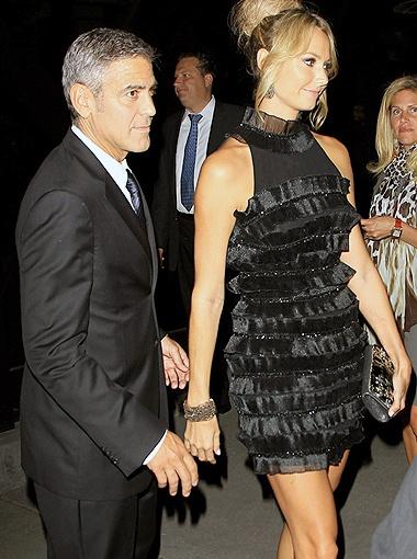 Подружка Клуни появилась на вечеринке в платье, щедро украшенном рюшечками. Фото Splash/All Over Press.