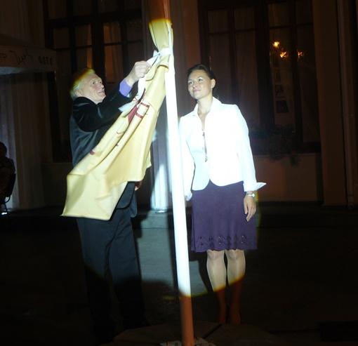 Миссию поднятия флага фестиваля доверили известному поэту, основоположнику украинской эстрадной песни Юрию Рыбчинскому и министру культуры и искусств Крыма Алене Плакиде.