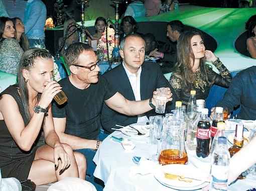 На вечеринке Ван Дамм с подругой Аленой веселились в компании Нестора Шуфрича.