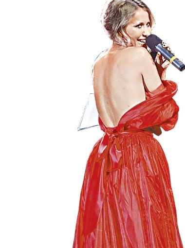 Чтобы доказать, что она красивее Пэрис Хилтон, Ксения Собчак даже приспустила платье.
