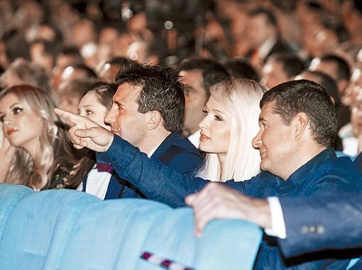 Во время конкурса Пэрис Хилтон весь вечер о чем-то щебетала с владельцем конкурса Александром Онищенко.