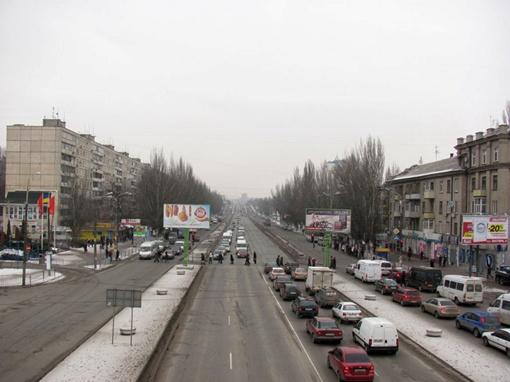 Движение на главном проспекте левобережья пока не упорядочено.Фото с сайта www.gorod.dp.ua