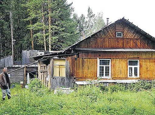 В этом домишке жил тот самый Красноперов-Лебедев (на снимке - его работник). Согласитесь, совсем не жилье наркобарона.