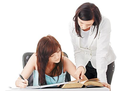 Один на один с преподавателем легко разобраться даже со сложными заданиями. Фото Артема ПАСТУХА.
