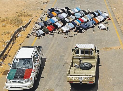 Противники Каддафи молят Аллаха о победе в пригородах Сирта - одном из последних бастионов ливийского вождя.