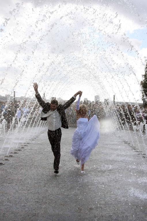 Необычный Фонтан для влюбленных на Левом берегу уже стал местом паломничества молодоженов. Фото Сергея КАШИРИНА и Марии ЯШИНОЙ.