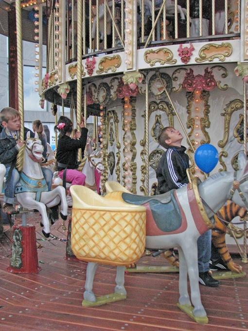 Маленьким горожанам больше всего понравилась французская карусель. Фото Сергея КАШИРИНА и Марии ЯШИНОЙ.