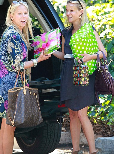 Заметив, что их снимают папарацци, Риз и ее подруга лишь весело рассмеялись. Фото Daily Mail.