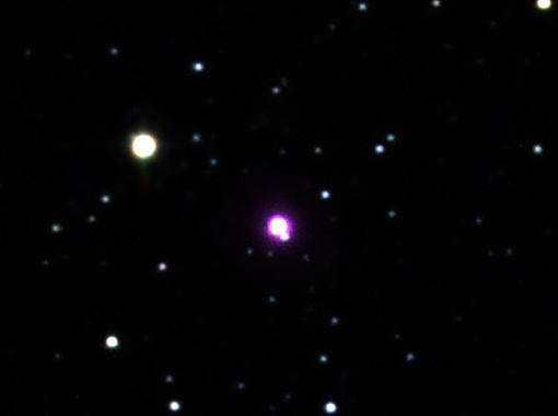 Комбинированный снимок в оптическом, инфракрасном и рентгеновском диапазонах показывает звезду COROT-2 (в центре кадра), окружённую фиолетовым ореолом, отмечающим очень сильное рентгеновское излучение. Фото NASA/NSF/IPAC-Caltech/UMass/2MASS, PROMPT, DSS, CXC/Univ. of Hamburg/S.Schröter et al.