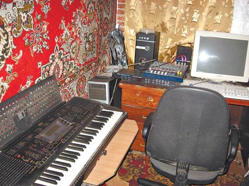 В тесной комнатке триумфатора шоу - синтезатор и старенький компьютер.
