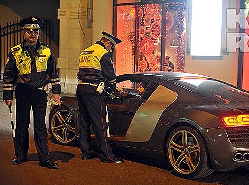 Фигурист нарушил правила и сотрудникам ГИБДД пришлось скрутить номера с его машины. Фото Евгении Гусевой.