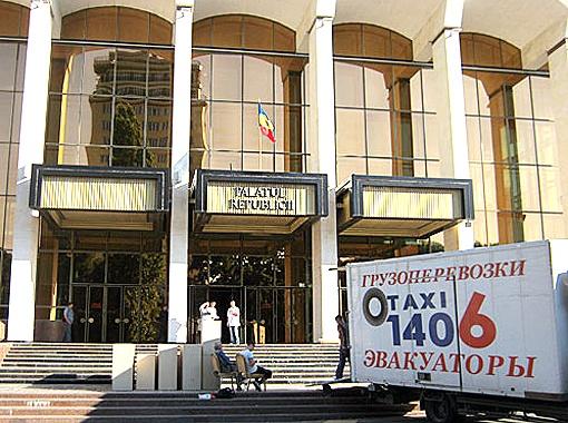 Подготовка к свадьбе во Дворце Республики.